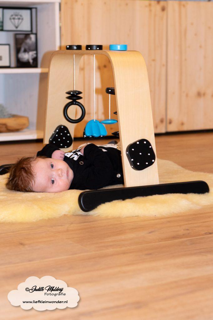 Finley 3 maanden oud 12 weken ontwikkeling borstvoeding lachen fotos brandrep mama blog slapen www.liefkleinwonder.nl IKEA Leka babygym hack monochrome