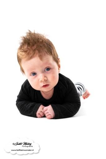 Finley 14 weken oud blog mamablog www.liefkleinwonder.nl fotograaf foto's brandrep baby newborn 2 kinderen broers jongens nekje hoofdje omhoog houden