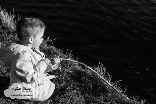 Voor het eerst naar de peuterspeelzaal psz intake peuter school inschrijven wachtlijst mama blog www.liefkleinwonder.nl vissen vis stok natuur fotograaf fantasie