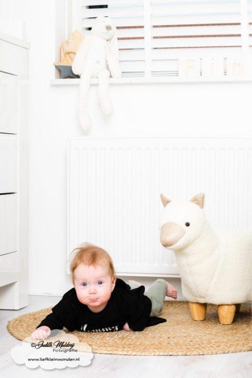 Finley 6 maanden oud ontwikkeling mama blog brandrep sizclothes baby half jaar www.liefkleinwonder.nl brabbelen poepjes spetteren gillen