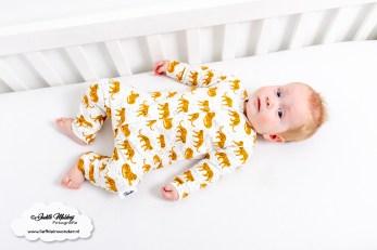 Babykleding tijger print shirt okergeel broek jogger baggy review handgemaakt Little Adventure mama blog www.liefkleinwonder.nl