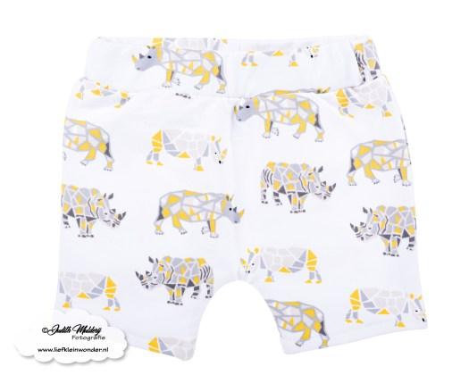 Zomer shorts R rebels kids clothing baby kleding broekje review brandrep foto's mama blog www.liefkleinwonder.nl Neushoorn rhino print geel grijs