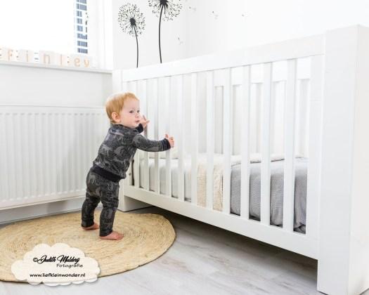 10 maanden oud mama blog www.liefkleinwonder.nl fotograaf foto's baby dreumes ontwikkeling staan en stappen
