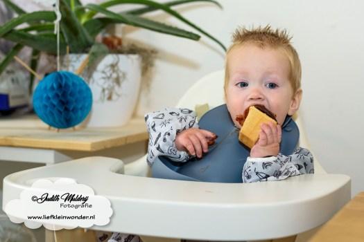 Finley 1 jaar oud eerste verjaardag cadeaus mama blog review www.liefkeinwonder.nl cupcake eten