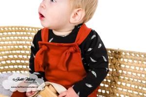 Tuinpakje salopette met geknoopte bandjes hangemaakt shirts veertjes streepjes khaki roest review mama blog www.liefkleinwonder.nl brandrep fotograaf