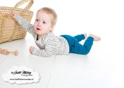 Handgemaakte baby broekjes sweet and small okergeel petrol bordeaux met geknoopte bandjes hangemaakt shirts veertjes streepjes khaki roest review mama blog www.liefkleinwonder.nl brandrep fotograaf
