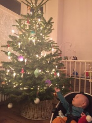 Onze spruit houdt nu al van kerst, of in ieder geval de boom