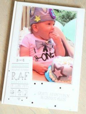 De voorkant van het fotoboek. De foto lijkt erg oranje, dit ligt niet aan de afdruk, maar aan dat hij onder een oranje zeil zat ivm regen.