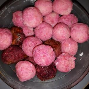 Gaļas - biešu kotletītes un kartupeļu biezputras bumbiņas ar biešu sulu