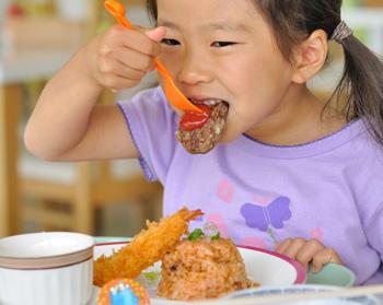 お子様ランチを食べる子供