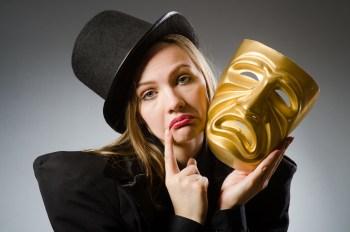 悲しいマスクを持つ女性