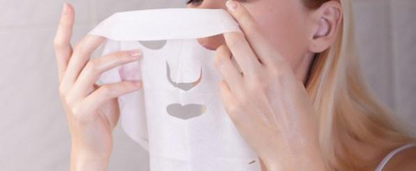 シートマスクをつける女性