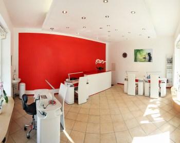 赤い壁紙の部屋