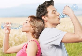 水を飲んでいる男女