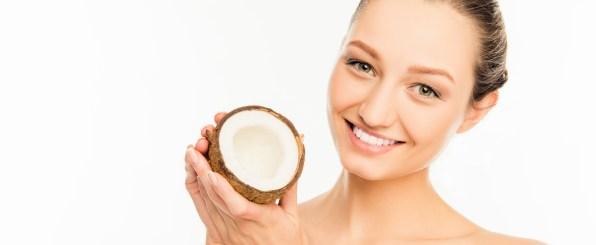 ココナッツを持つ女性
