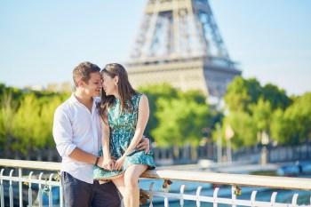 エッフェル塔の前のカップル