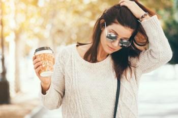 コーヒーを持った女性