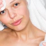 化粧水をつける女性 乾燥肌 保湿 スキンケア