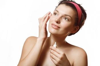 目元美容液でスキンケアをする海外女性
