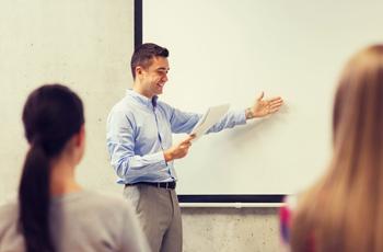 授業をする若い男の先生