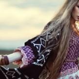 ボヘミアンファッションの外国人女性
