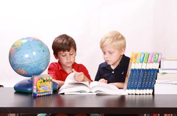 勉強をする二人の男の子
