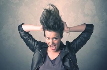 静電気に悩む女性/髪のくせ毛