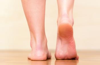 裸足で歩く女性の足元