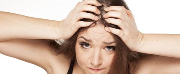 髪のべたつきに悩む女性
