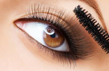 まつ毛の長い女性の目/マスカラを塗る女性