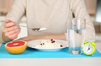 ダイエットフードを食べる女性/ランチョンマット