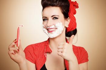 髭を剃る女性