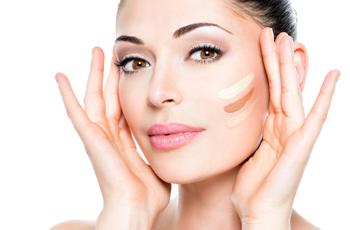リキッドファンデーションを頬に塗る女性