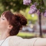 空気を吸い込む女性