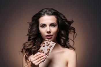 チョコレートを食べる美女