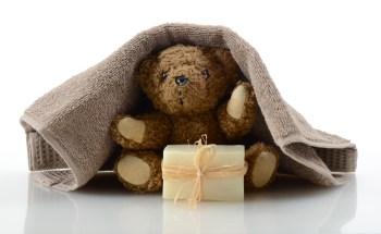 洗濯されるクマのぬいぐるみ