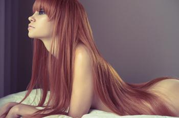 腰の下まで伸びた長い髪