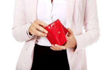 赤いお財布を持った女性