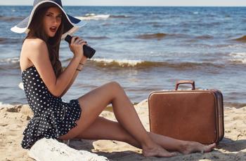水着を着た浜辺の女性