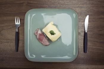 チーズとハムの食事