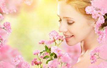 バラに花に囲まれた女性
