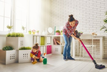 部屋を掃除する親子