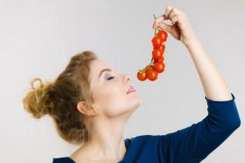 トマトと女性