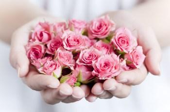 手の平いっぱいのバラ