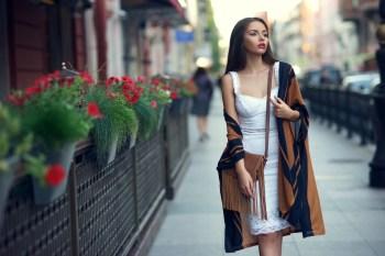 町を歩く美女