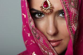 民族衣装を着た女性