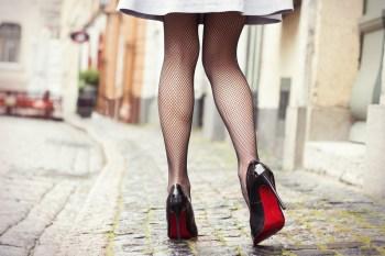スカートをはいた女性