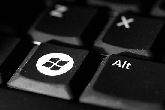 Close up van een toetsenbord met windows icoon als illustratie bij ene fotoblog met gedicht over een laptop.