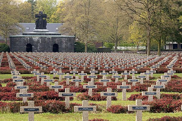 Overzicht op het uitkijkpunt en crypte van de Duitse Militaire Begraafplaats in Lommel