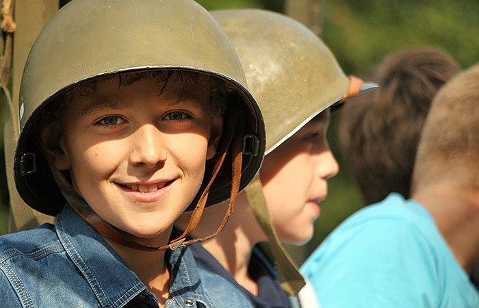 Eén van de kinderen tijdens de herdenking in Mierlo-Hout